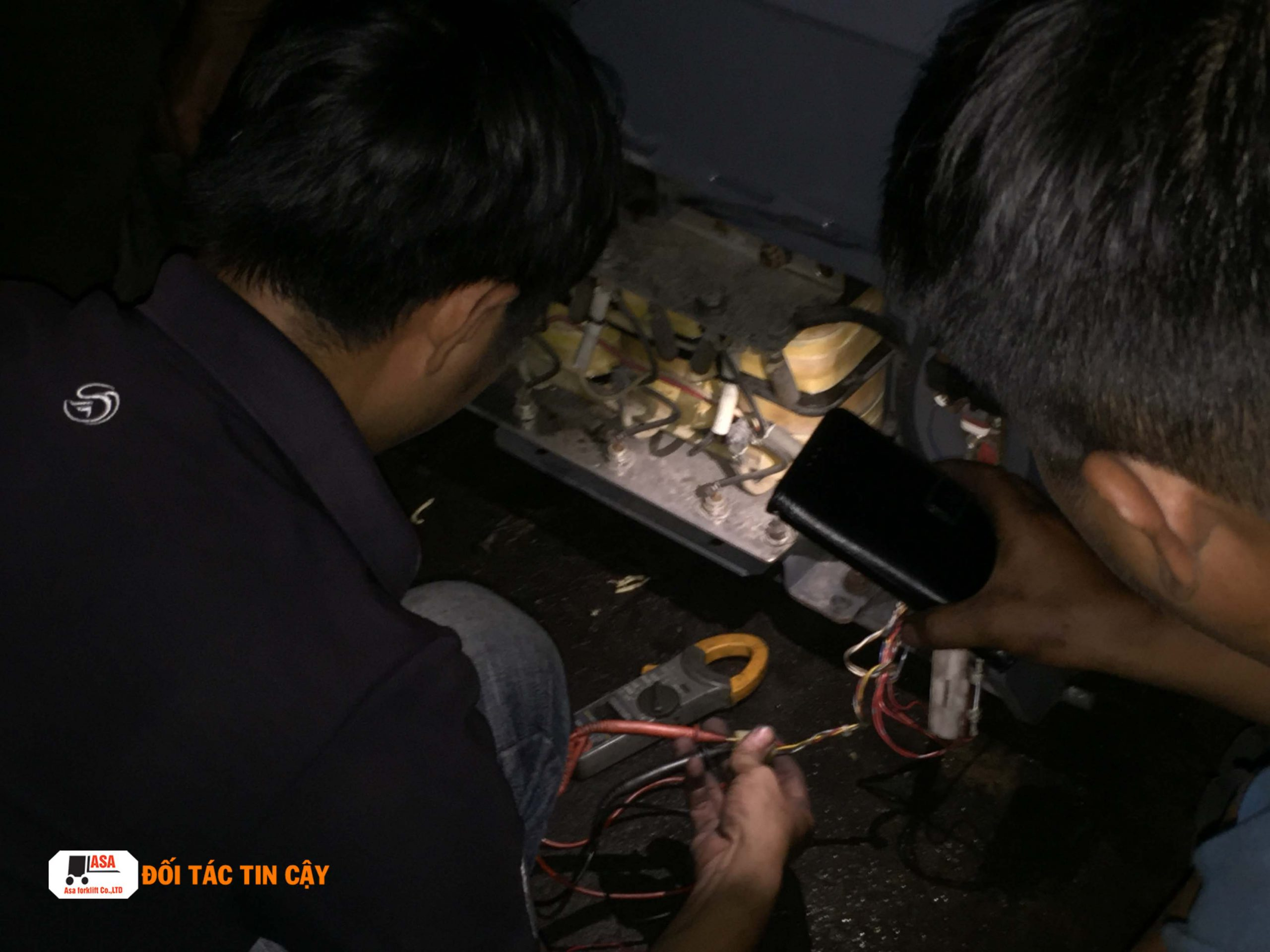 Các hệ thống điện của xe nâng điện được nhân viên Asa kiểm tra và sửa chữa mặc dù làm đến tối