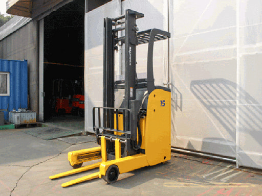 Xe nâng điện đứng lái Komatsu sử dụng bình ắc quy để di chuyển, nâng, hạ hàng hóa