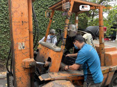 Thay nhớt xe nâng là điều cơ bản của thợ sửa chữa nhưng nếu ai không có chuyên môn thì sẽ không thực hiện được