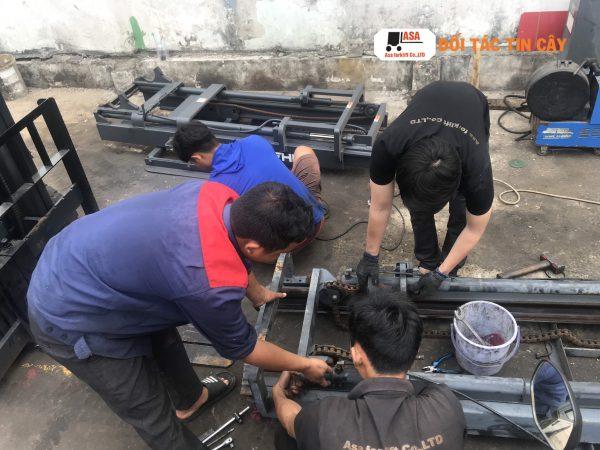 Nhân viên Asa đang sửa chữa xe nâng hàng cho các khách hàng