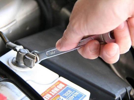 Cách kiểm tra bình ắc quy khô cũng cần sử dụng đồng hồ điện tử